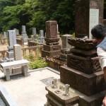 文字彫り工事中です(加賀市上野町墓地にて)